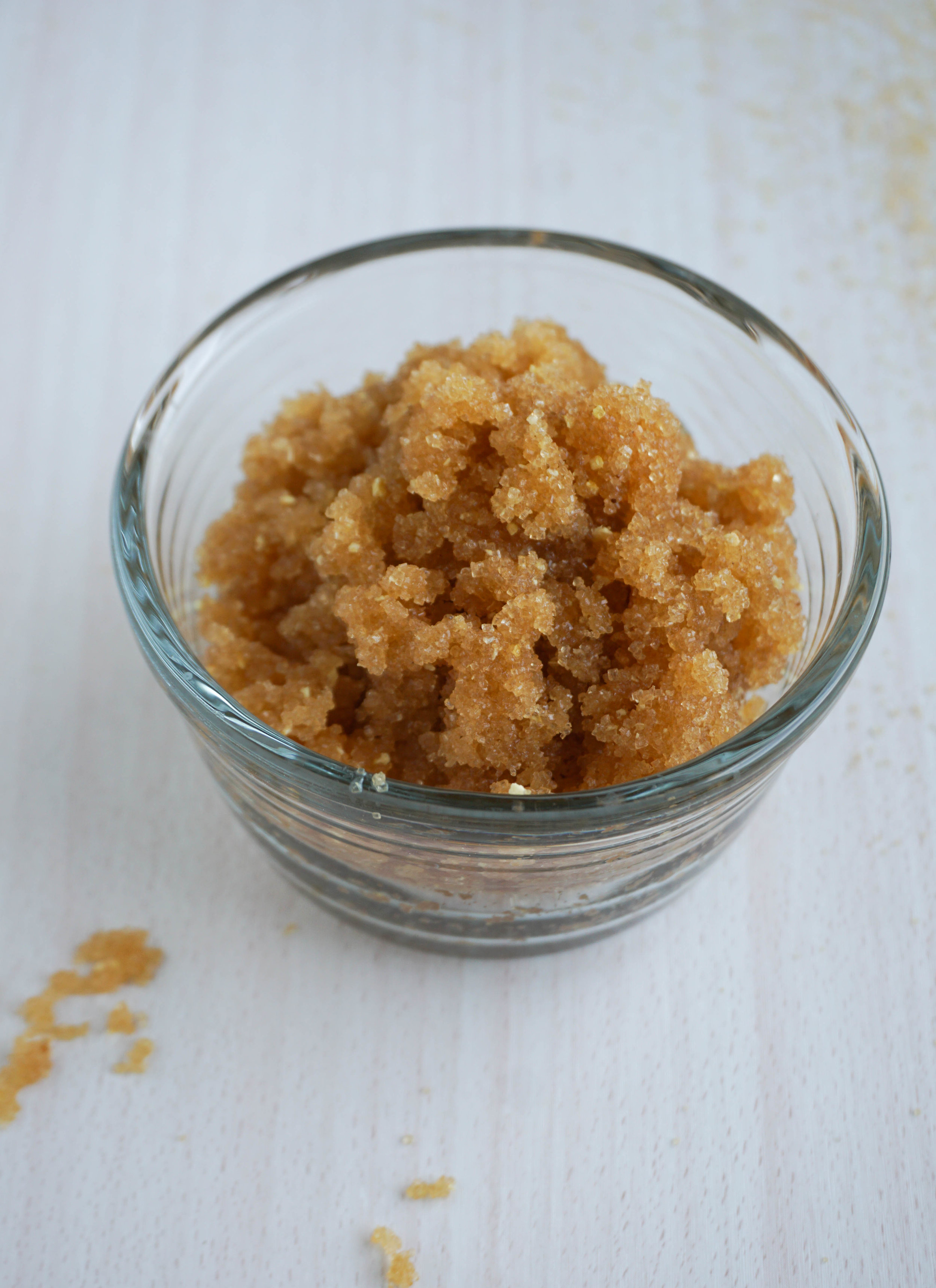 Du brauchst: - ½ Tasse + 2 Esslöffel Rohrzucker¼ Cup Cocosöl*5 Tropfen ätherisches Mandarinenöl*Optional: Zeste von einer Orange oder Zitrone