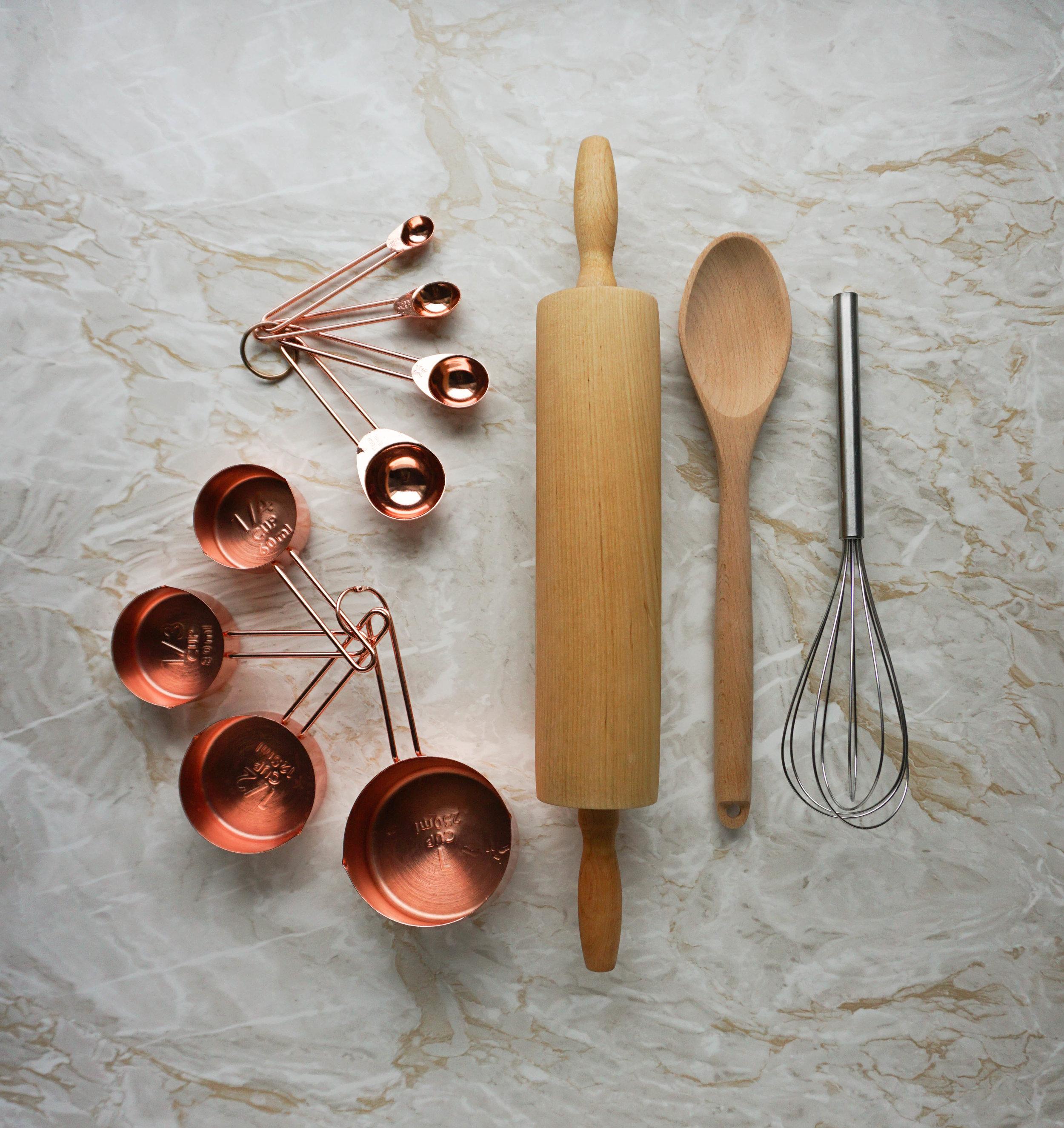 Plastikfrei Backen 101 - meine Tipps für nachhaltigere Back-Utensilien und Küchenzubehör Messbecher Quirl Nudelholz Löffel.jpg