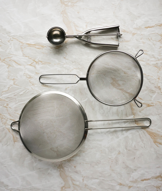 Plastikfrei Backen 101 - meine Tipps für nachhaltigere Back-Utensilien und Küchenzubehör Sieb Eisportionierer.jpg