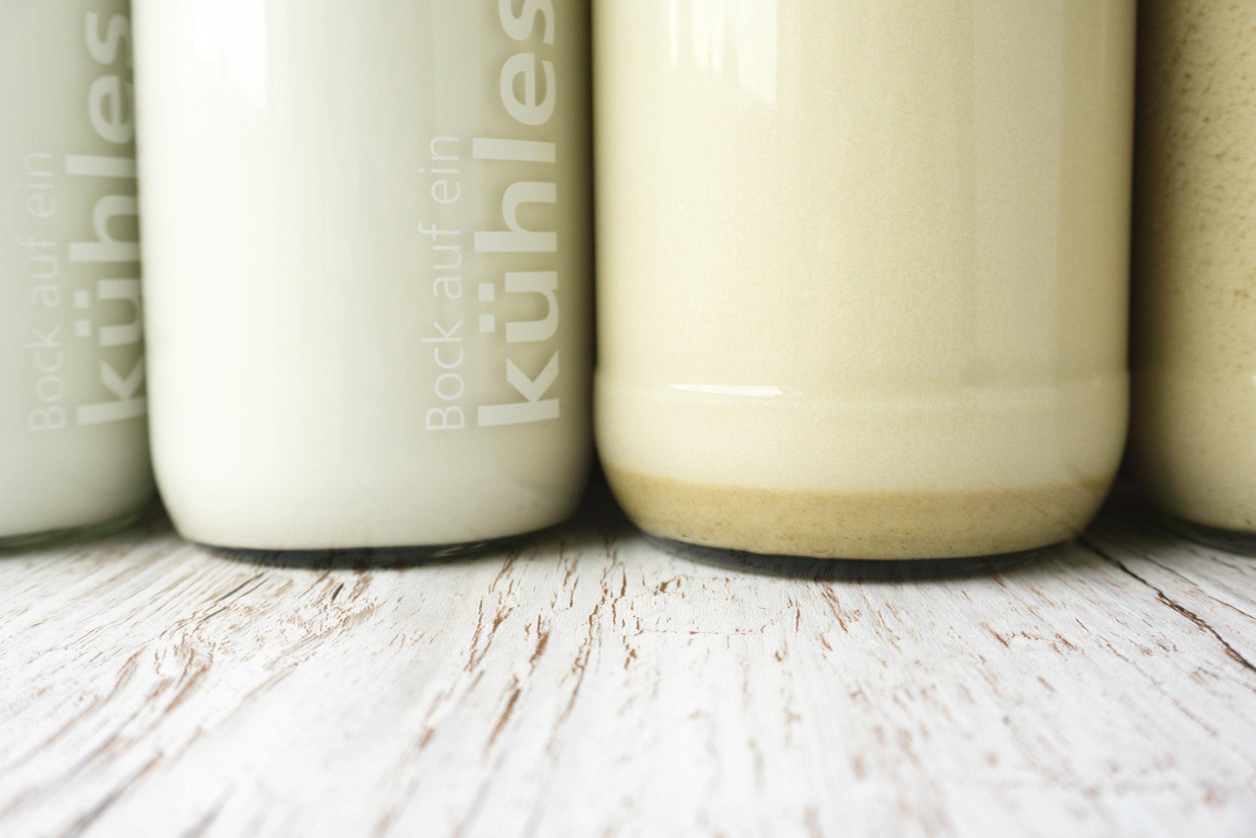 Hier noch mal schön im Vergleich:  Links Cocos- und Cashewmilch (durch ein  Teesieb * gefiltert) und rechts Sesam- und Sonnenblumenmilch (ungefiltert). Bei den beiden komplett ungefilterten Varianten setzt sich unten etwas Nussmus ab, was ich persönlich aber auch nicht schlimm finde. Einfach einmal kräftig schütteln und schon ist die Pflanzenmilch wieder homogen :)