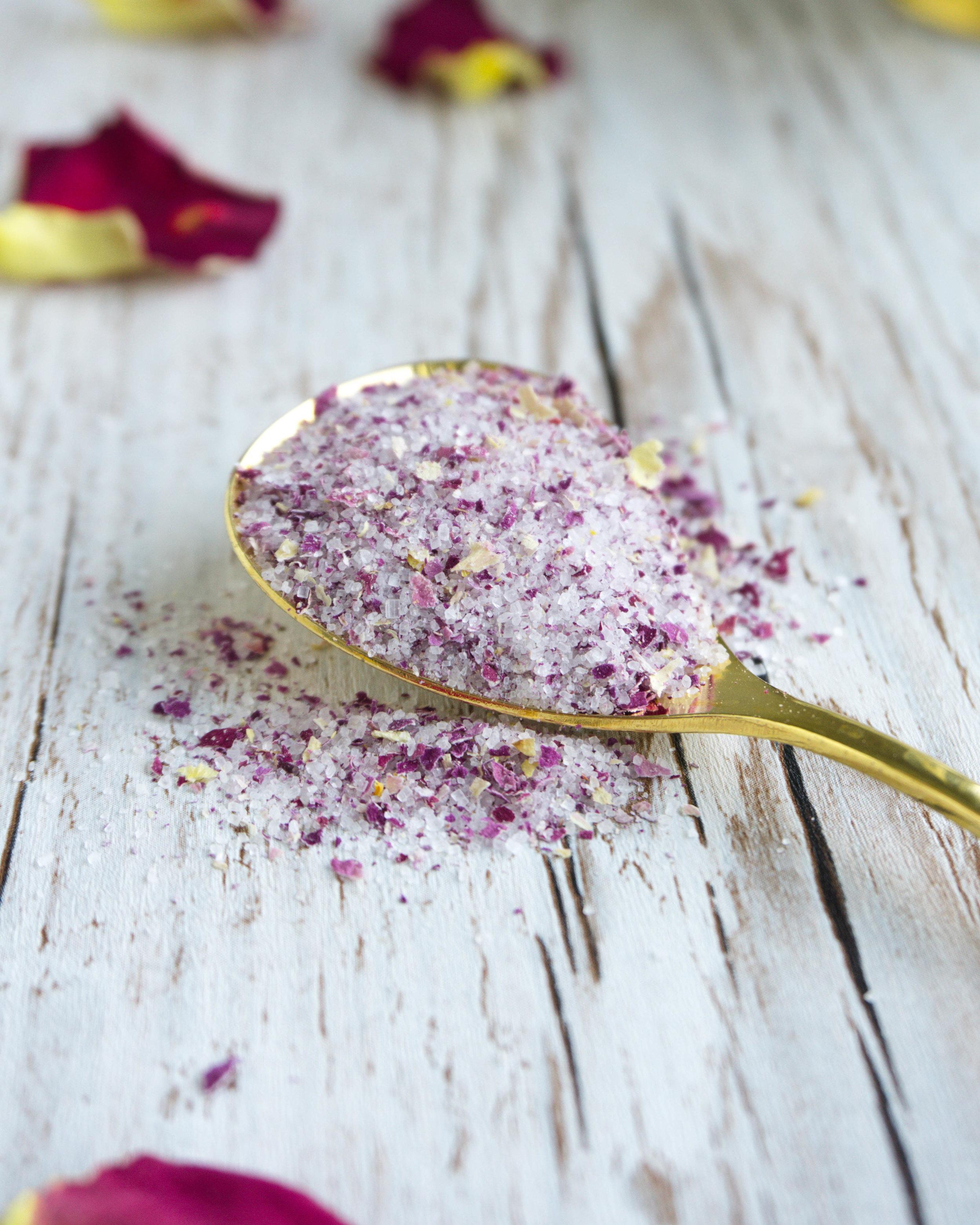 Du brauchst: - 1 Tasse unbehandelte getrocknete Rosen-Blütenblätter½ Tasse Zucker