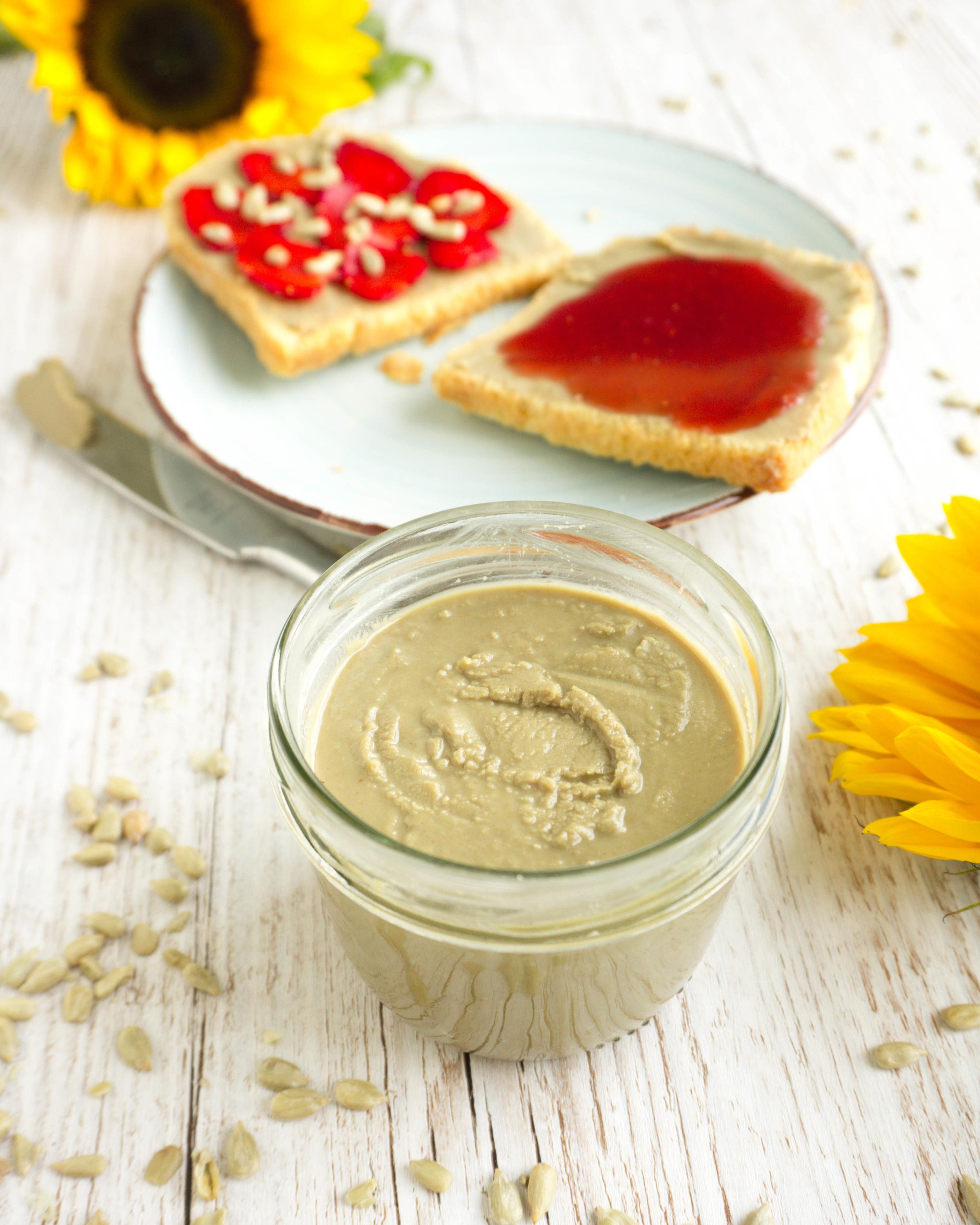 Du brauchst: - 2 Tassen Sonnenblumenkerne*1-4 Esslöffel Cocosöl* (oder anderes Pflanzen-Öl)Optional:1-2 Esslöffel flüssige Süße deiner Wahl (z.B. Ahornsirup* oder Agavendicksaft*)