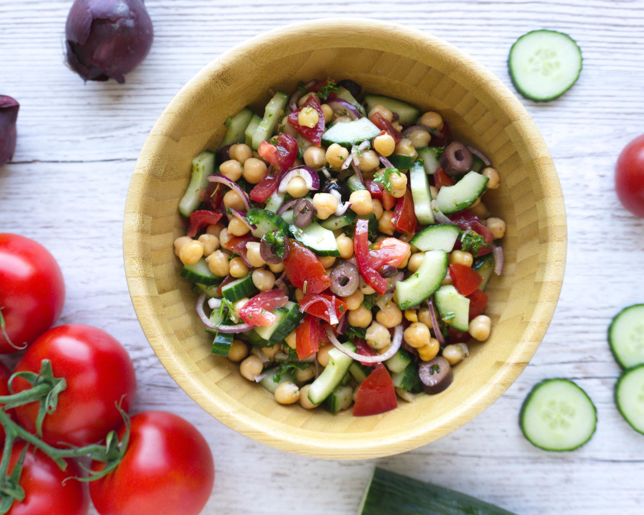 griechischer Bauernsalat mit Kichererbsen und Zitronen-Senf Vinaigrette (Vegan, Glutenfrei, Zuckerfrei).jpg