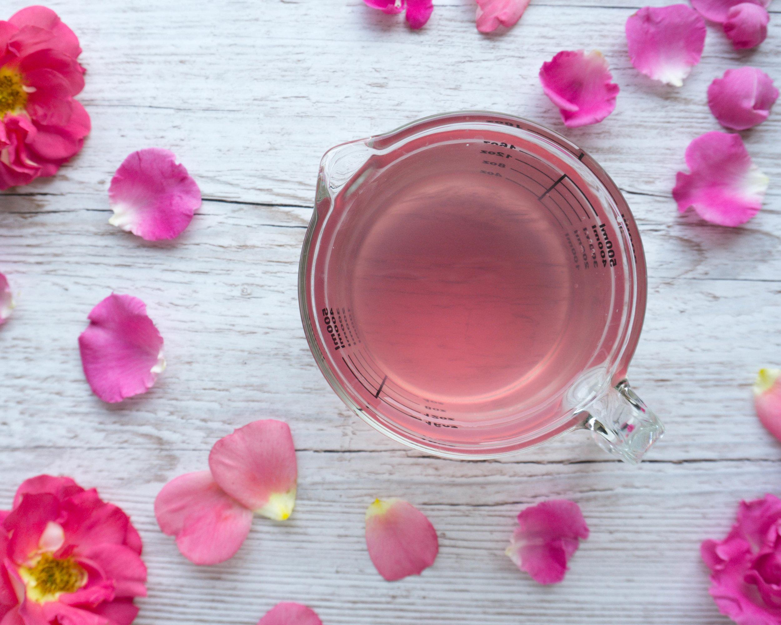 Rosenwasser selber machen aus nur 2 Zutaten - Zero Waste & plastikfrei.jpg
