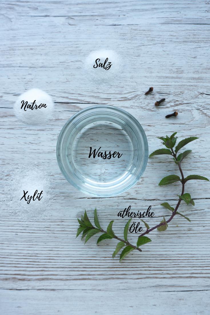 Wasser, Salz, Natron, optional Xylit und ätherisches Öl deiner Wahl - mehr braucht es nicht um Zero Waste Mundspülung selber zu machen!
