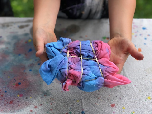 How to tie dye using food coloring. Easy method for kids to practice the tie dying technique.