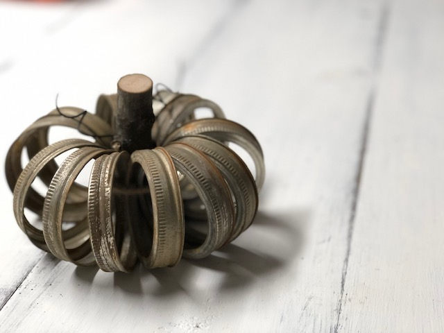 DIY rusty pumpkin from mason jar rings. How to make your own farmhouse and country chic decorations for fall