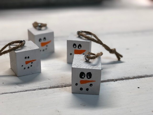 DIY snowmen block ornaments, how to make hanging snowman ornaments for your Christmas tree. Easy painted snowmen ornament for Christmas using scrap wood.