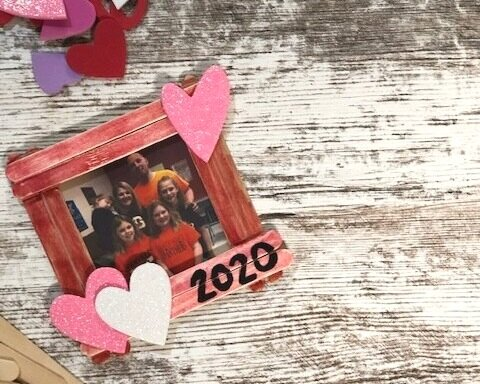 DIY popsicle stick picture frame craft for kids. Mess free Valentine's Day craft to make with your kiddo