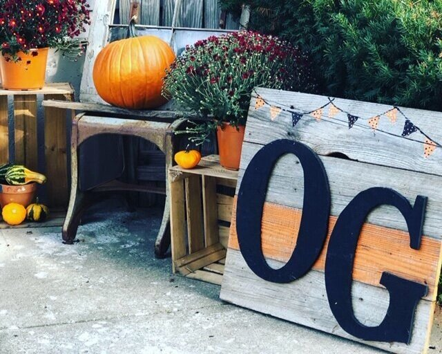 fall+porch+pics3.jpgHow to make a pallet style sign from old wood. DIY sign making. How to put together a rustic style pallet sign.