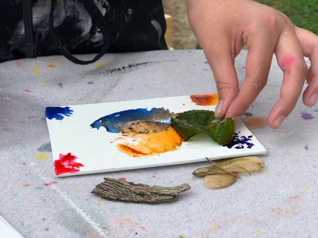 Painting with nature, a creative and fun experience to enjoy with your kids