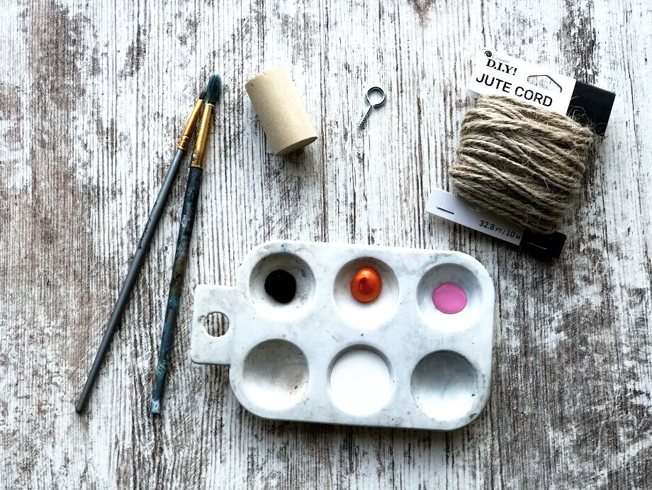 DIY Christmas ornaments to make with kids. Easy snowman (snowmen) Christmas tree hanging ornament to make from a dowel rod. How to paint a snowman on a Christmas ornament easy craft tutorial.
