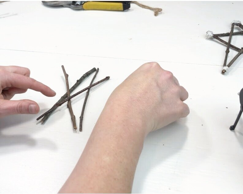 How to make stars from twigs for Christmas. Make cheap and frugal Christmas decor using sticks from your yard. Twine/jute twig stars easy craft tutorial for simple rustic looking farmhouse home decor.