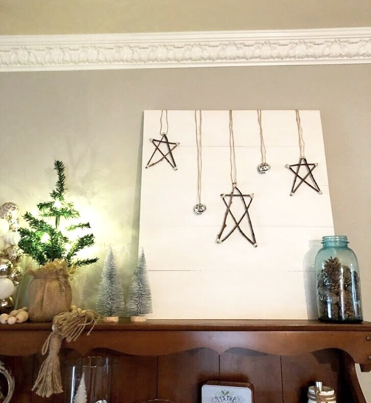 DIY twig stars for Christmas pallet sign. Interchangeable Christmas home decor on a budget. How to make easy and simple reversible home décor for the holidays. Make a sign from twigs.