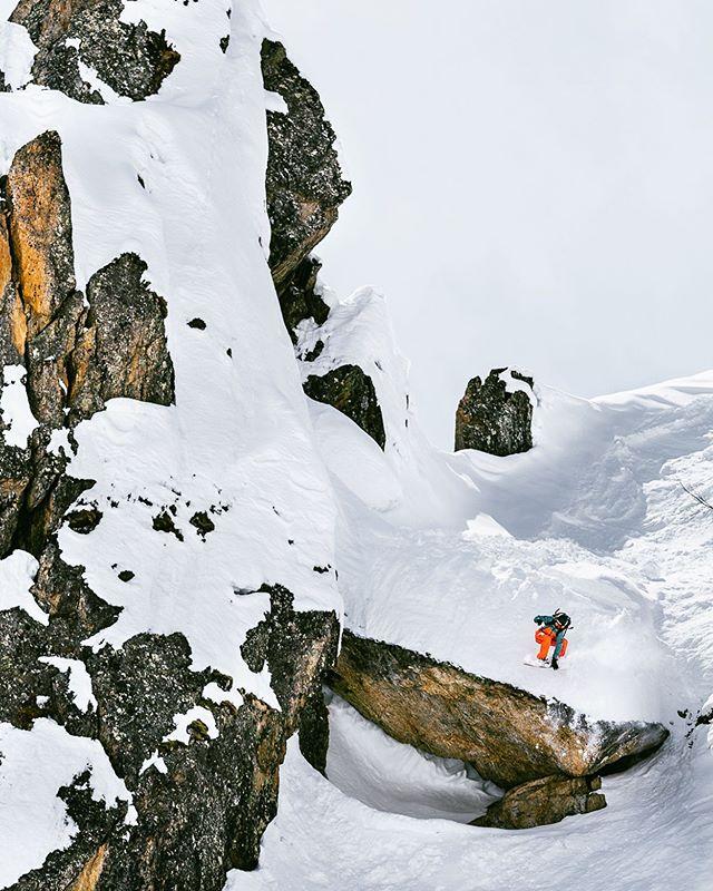 «- Qu'est-ce que vous faites dans la vie mademoiselle ? - Je saute par dessus des cailloux.» .————————————————————————-«- What are you doing in your life lady ? - I'm jumping above rocks.»  P : @david_malacrida  #snowboarding #chamonix #freeride