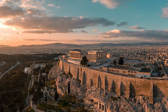 The winter is the best time to visit Athens! The tourist population is reduced, the weather is mild, the taverns don't try to fleece you and you have more breathing space to discover the Greek capital's 🏛  Starting from $30 per night:  https://zcu.io/pEzw