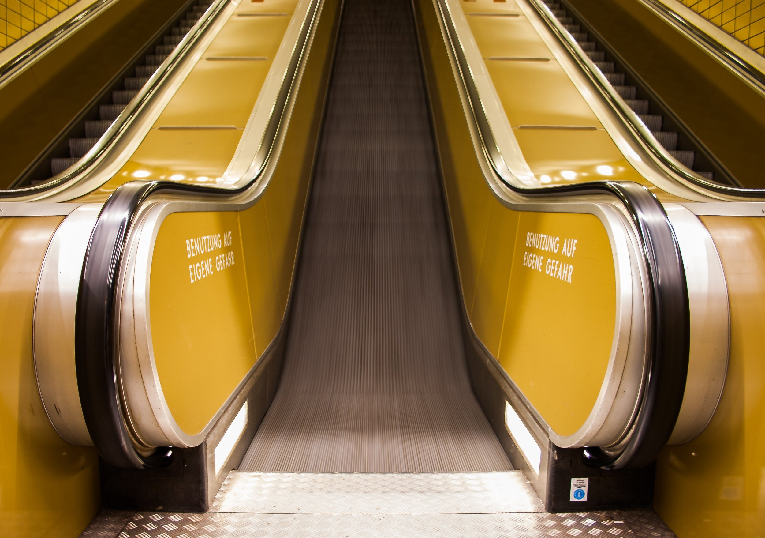 chrome-empty-escalator-920715.jpg
