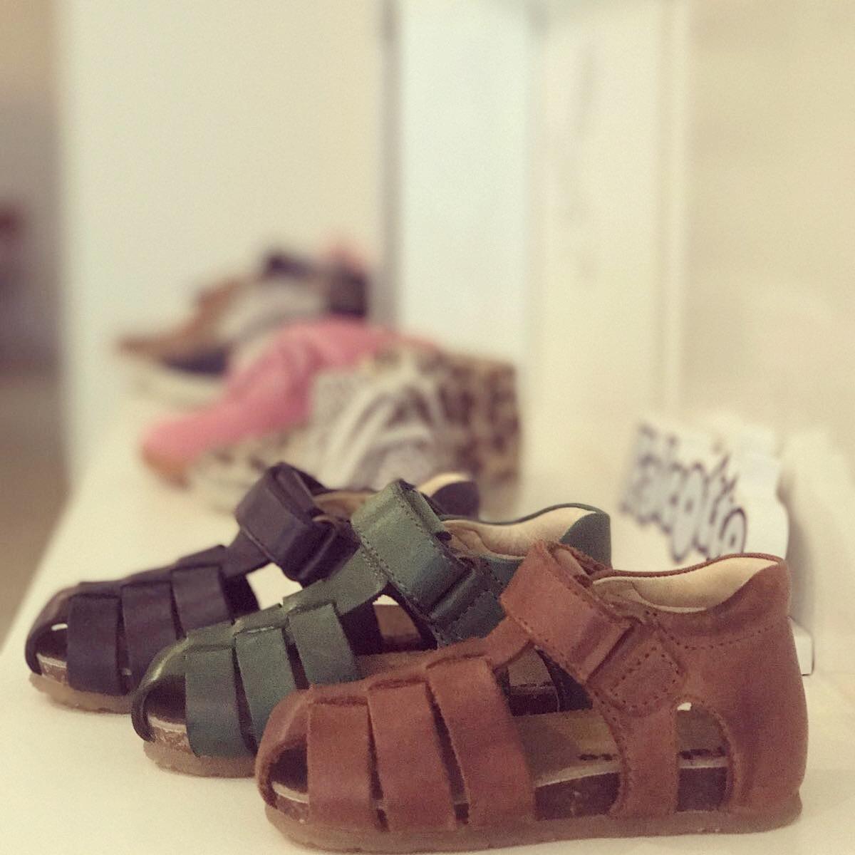 Kinderschoenen - Wij hebben elk seizoen een nieuwe collectie kinderschoenen. Van mooie merken die er niet allen fantastisch uitzien maar ook goed zijn voor kindervoeten.