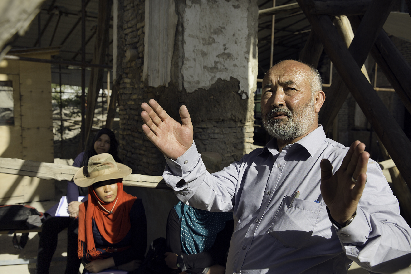 A Kabul University professor lectures to students about the restoration of Gudri Mosque.