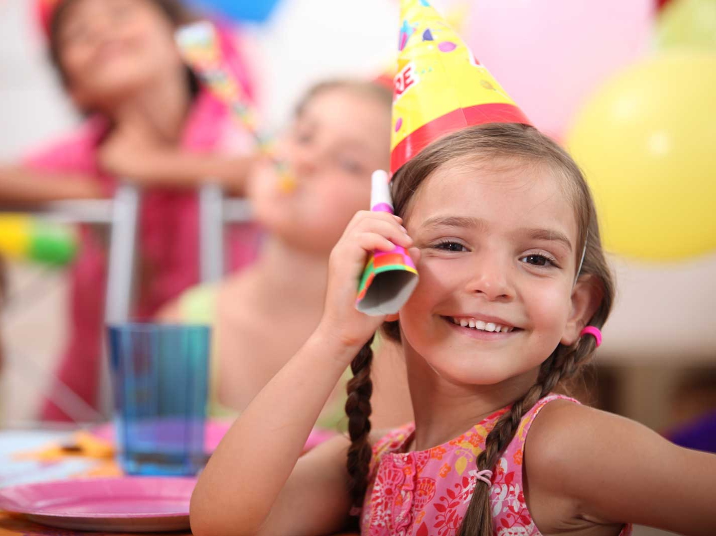 web-Young-girl-at-a-child-s-birthd-21049901.jpg