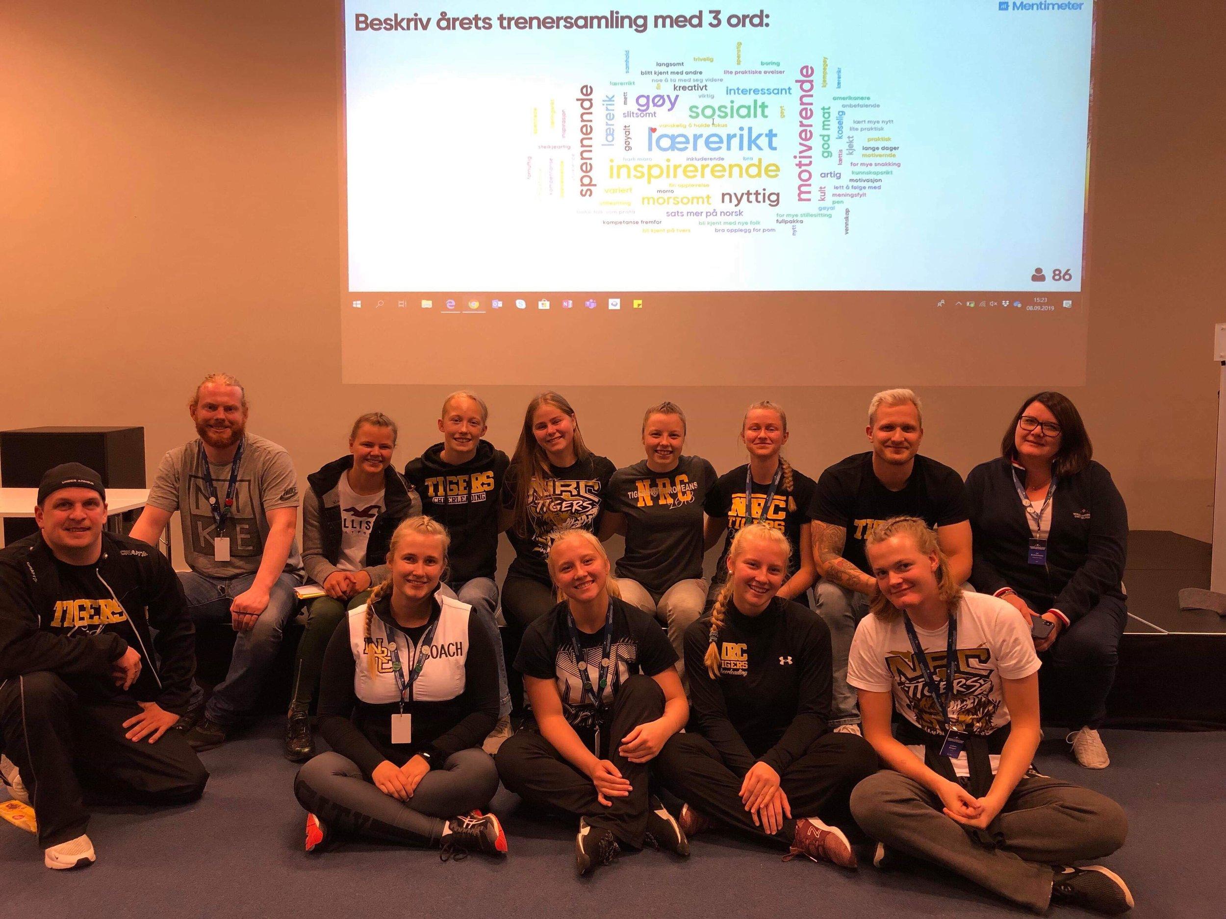 Flere av Tigerstrenerne som deltok på NAIF sin trenersamling i helgen. Her sammen med Liv, leder i NAIF seksjon cheer.