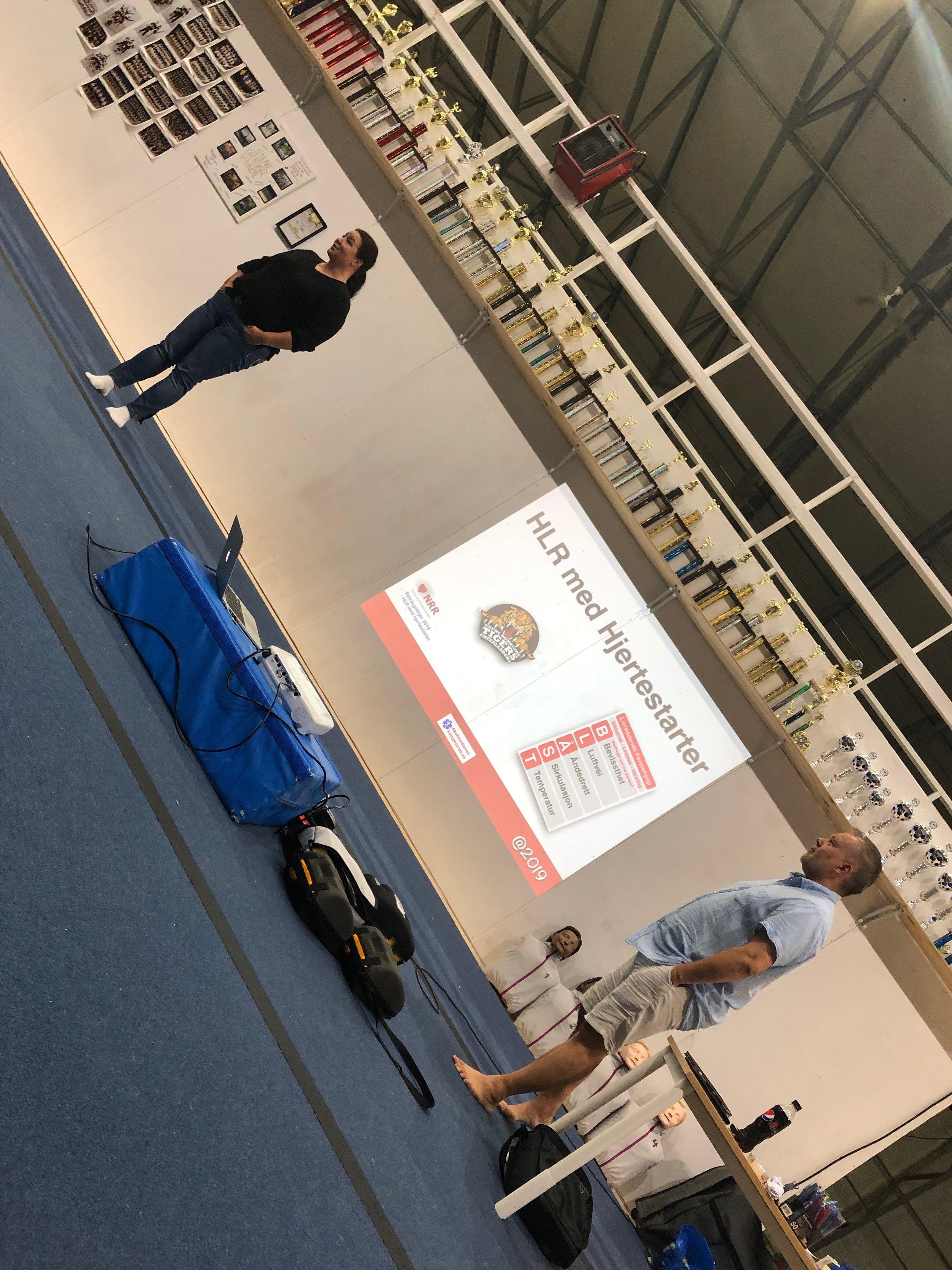 Trenerne våre fikk kurs i hjertestarter og førstehjelp under Kick-off.