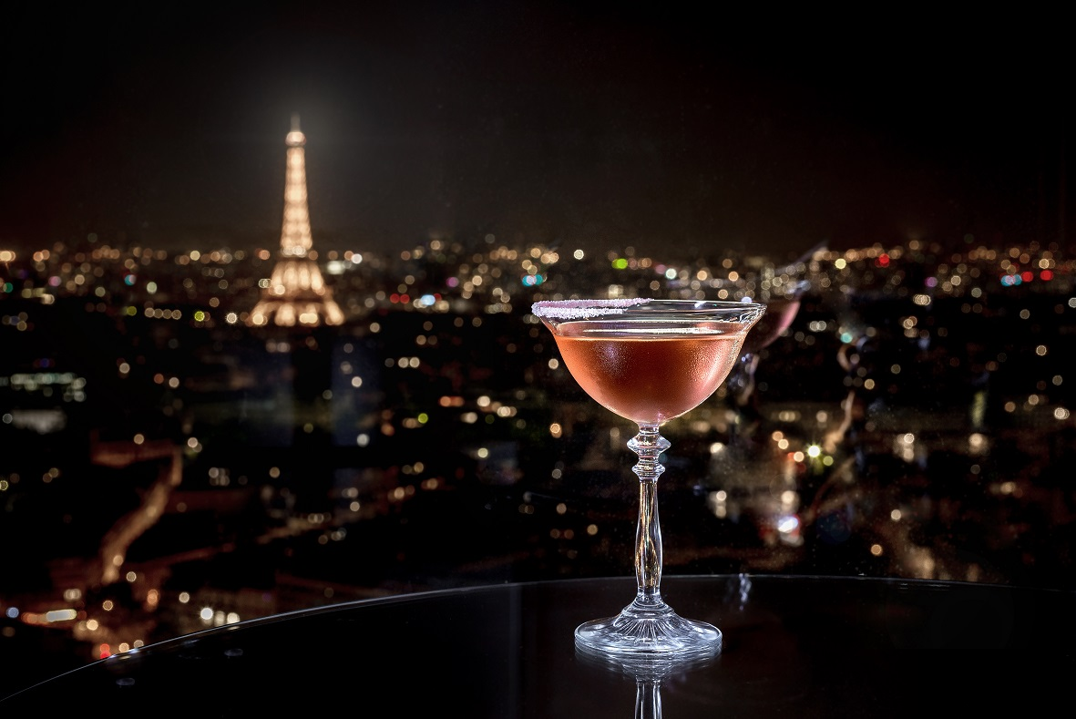 margarita cocktail and eiffel tower vue at night