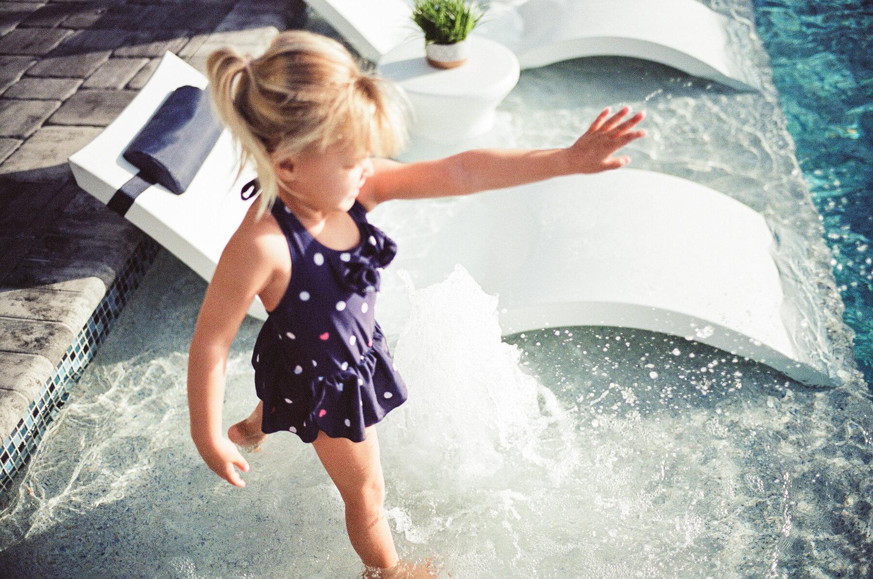 Leica-M6-Pool-Chloe-24.jpg
