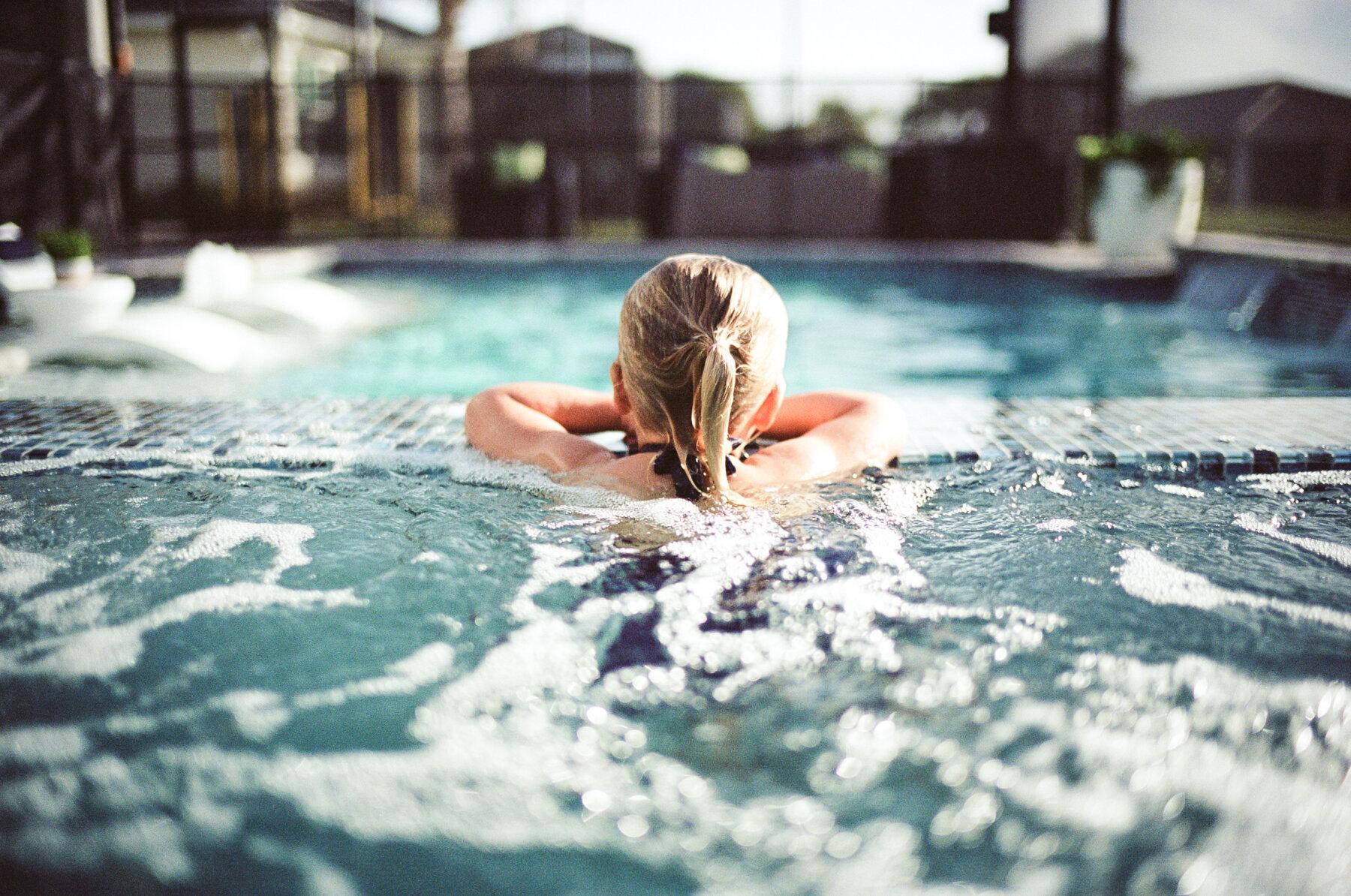 Leica-M6-Pool-Chloe-14-2.jpg