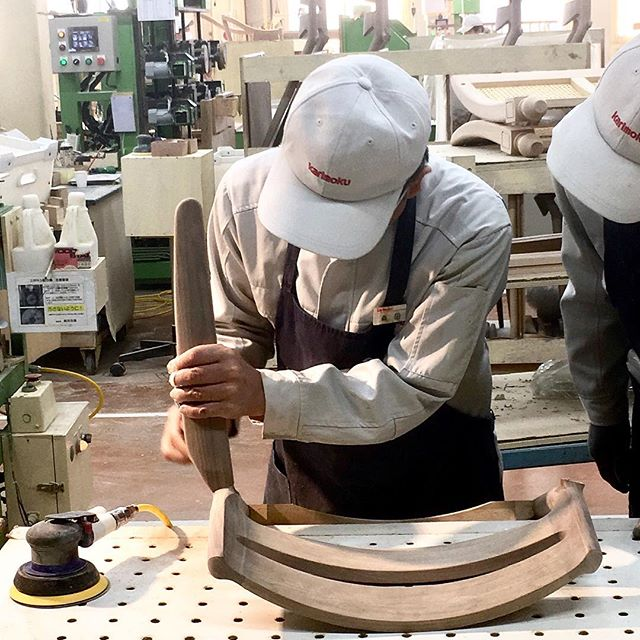 Thanks to @karimoku for inviting us to visit this workshop. It was a real honour to approach the manufacture of such a qualitative brand, and see all these craftsmen at work!  #ateliertakumi #japon #japan #nihon #日本 #karimoku_official #thebestbrand #atelier #workshop #wood #woodwork #woodworking #master #craft #craftsman #craftsmanship #knowhow #handmade #chair #chairs #workinprogress