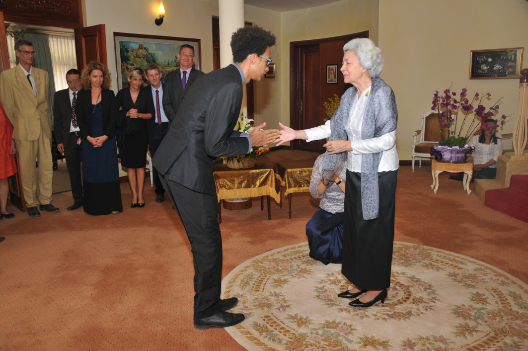 Meeting the Queen-mother of Cambodia - In March 2016, I had the honor of meeting Her Majesty Norodom Monineath Sihanouk, Queen Mother of Cambodia.As part of the writing of a historical book about the Lycée Français René Descartes - an important institution in the political history of the country - I had the honor of presenting the book, with my teammates at the Royal Palace of Phnom Penh.