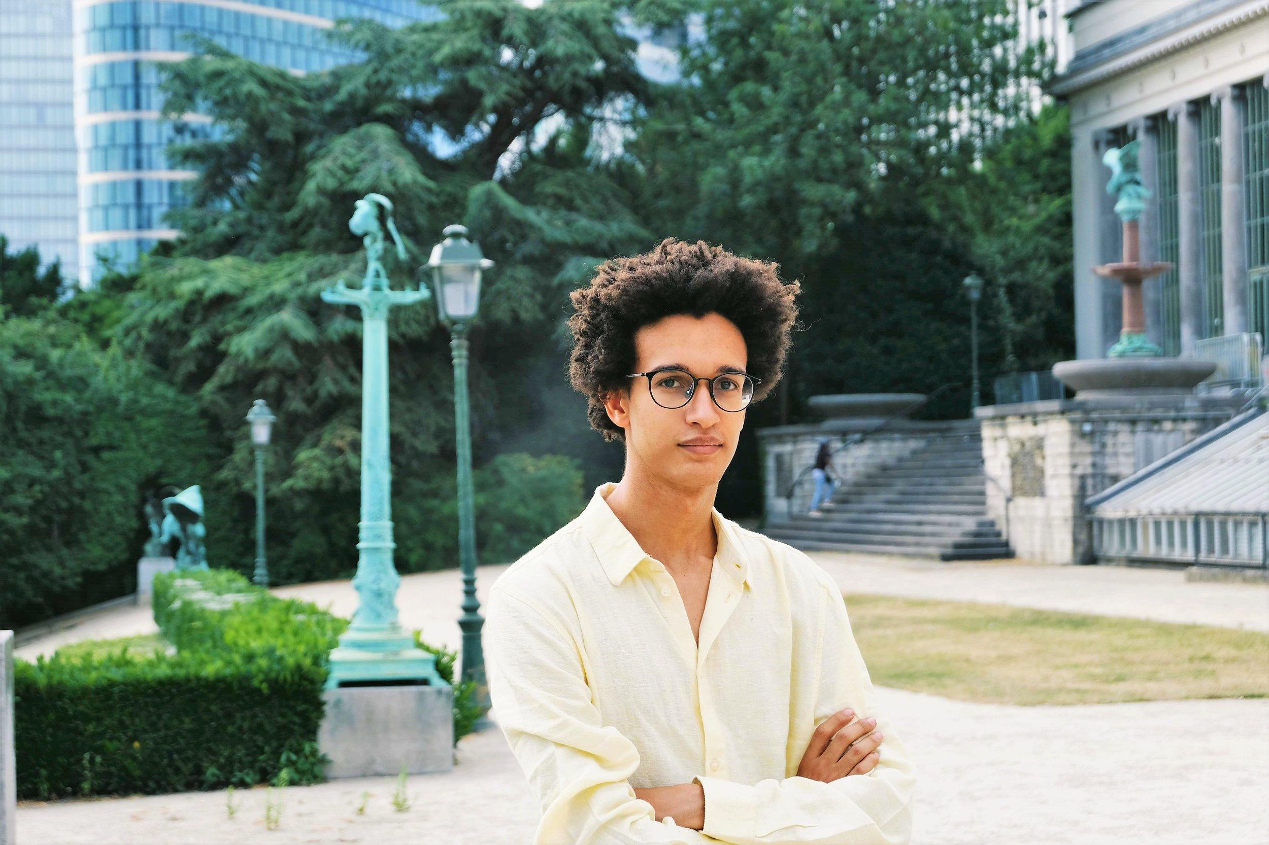PROFIEL - Ik ben student Handelswetenschappen (Business Administration) aan de KU Leuven en spreek vloeiend Frans en Engels. In de toekomst wil ik drietalig (Nederlands) of zelfs viertalig (Spaans) worden. Ik verhuisde naar Sint-Joost (Brussel) om aan mijn hogere studies te beginnen. Heel mijn jeugd heb ik in het buitenland gewoond, in mijn geboorteland Rwanda, Kameroen, maar vooral in Cambodja.Door in verschillende landen en op verschillende continenten te hebben gewoond, werd ik ruimdenkend. Ik leerde mensen met een andere origine begrijpen en leerde met hen communiceren.Omdat ik rechtstreeks contact had met zowel de welgestelden als de kansarmen, met de bevolking van Europa, Afrika, Azië en Amerika, evenals met een aantal minderheidsgemeenschappen, begon ik belangstelling te tonen voor sociale cohesie.Hoewel sommigen beweren dat dit ondenkbaar is, zal ik altijd een fervent activist zijn.