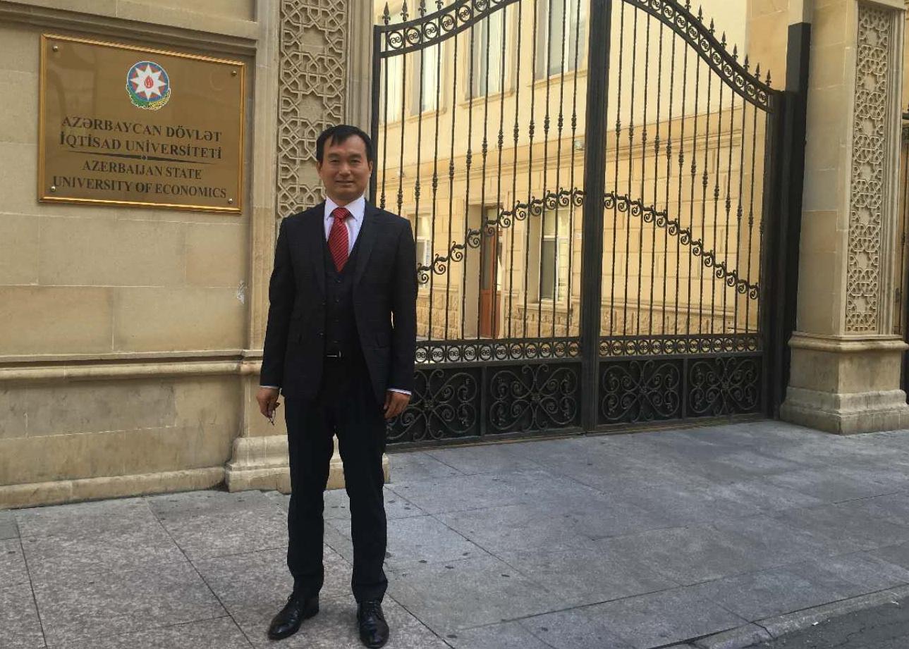 2016年8月,在阿塞拜疆国立经济大学。 August 2016, at the National Economic University of Azerbaijan.