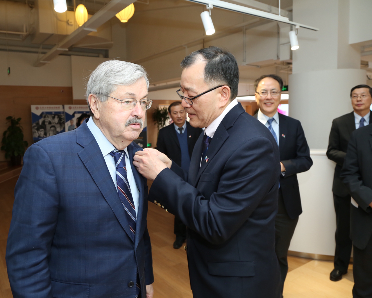Welcoming US Ambassador to China Mr. Branstad at the launching ceremony of China-US Joint Innovation Centre for Youth Exchange at Peking University