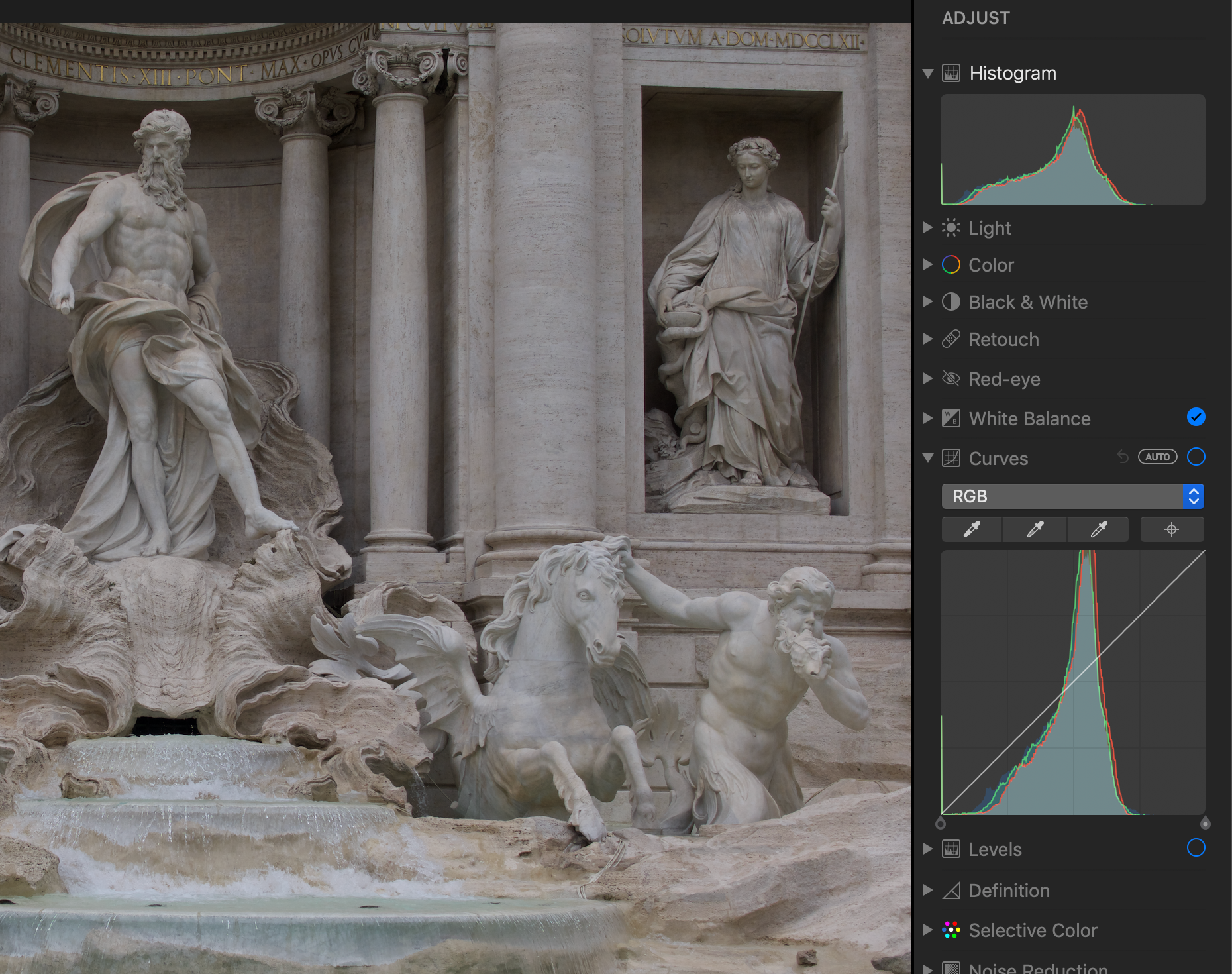 23:00 The Histogram and the Curves control; the straight diagonal line in Curves means no edit has been applied.