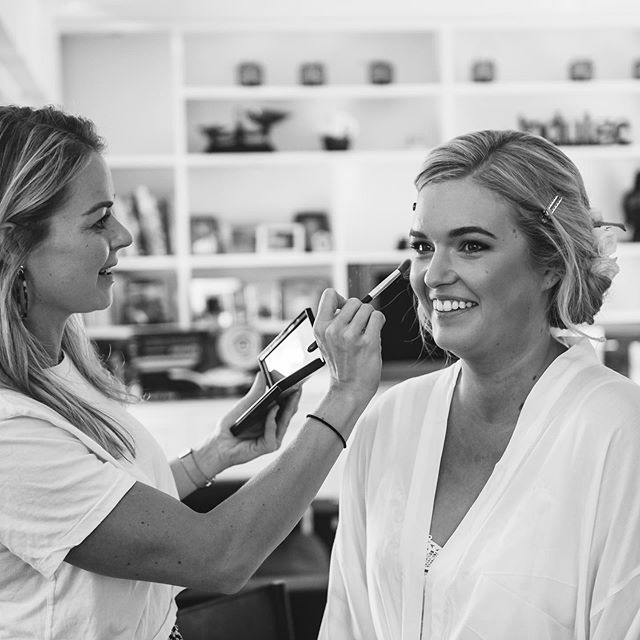 Caught in action 🤗 @ivana_and_milan_photography  @_jessymoore_ . . . #weddings #justmarried #weddinginspo #mantells #makeup #makeupartist #bridesmaids #bridal #hairandmakeup #nzmakeupartist #motd #hairdresser #lashes #beauty #beautyblogger #beauty