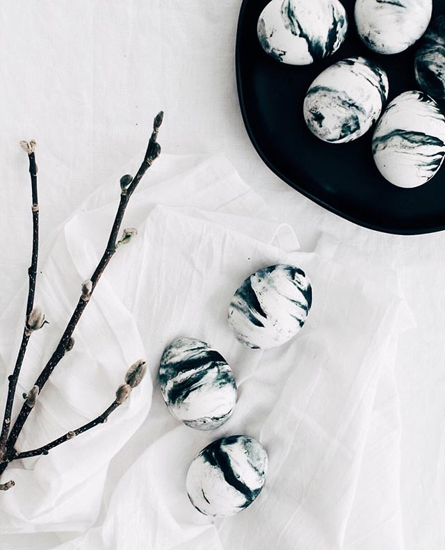Hey Child // X Ambassadors 🎧  Obsessed with these black and white DIY marbled eggs by @homeyohmy. So simple and minimal - no consults available this weekend but will pick back up next week, enjoy the long weekend everyone!