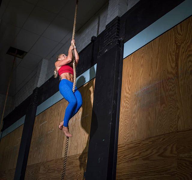Fitness shoot with Lurin Carlin (@fitmomnc) at @crossfitlillington, for The Pāpur(@thepapur). . #fitnessphotography #fitness #fitspo #ropeclimb #crossfit #workout #ncphotographer #thepapurIG #raleighnc #carync #morrisvillenc #apexnc #durhamnc #chapelhill #fuquayvarina #hollyspringsnc #greensboro #charlottenc #strongwomen #weightlosstransformation