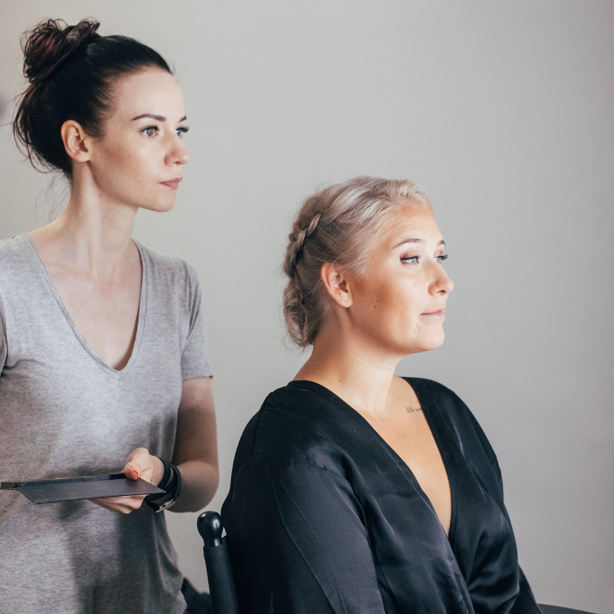 Tässä valmistuu kaason meikki. Meikkaaja Satu Huikko / Tribeauty, hiukset: Sabina Laine / Tribeauty