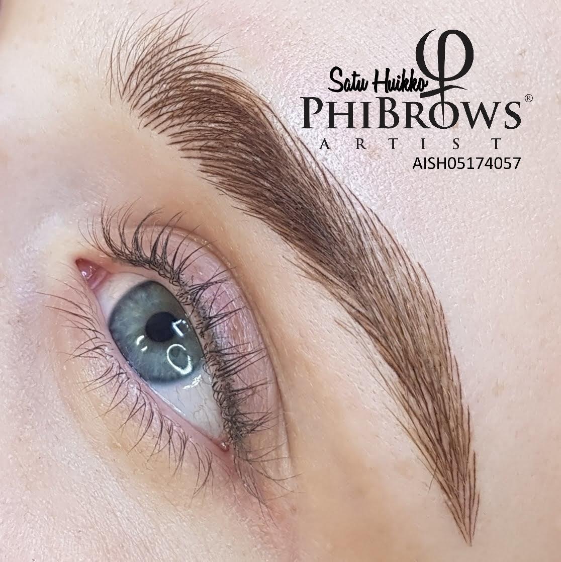 Microblading -kulmat heti ensimmäisen käsittelyn jälkeen sekä 4 vuotta aiemmin tehty eyeliner pigmentointi.
