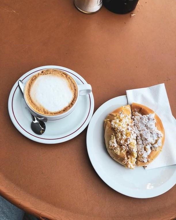 People watching in beautiful Prenzlauer Berg, with good coffee and delicious pão de deus 📷: @antogkekas . . . #bekarei #berlinlovescreativity #berlinstagram #kitchenbowl #huffposttaste #tastingtable #buzzfeed #foodpics #nomnom #foodporn #feedyoursoull #berlinfood #berlinfoodie #berlingram #foodberlin #berlinfoodguide #berlin365 #berlinfoodstories #berlinworld #myberlin #foodspots_berlin #yummy #droolclub #goodeats #foodlove #foodisfuel #prenzlauerberg #morningcoffee #paodedeus