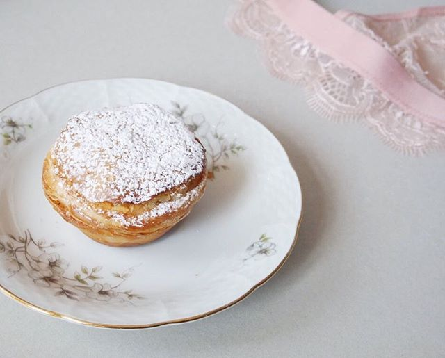 Start this sunday with a soft sensation. . . . #pasteldecoco #pastel #pastéis #bekarei #kitchenbowl #huffposttaste #tastingtable #onthetable #darlingweekend #lifeandthyme #thatsdarling #buzzfeed #thebakefeed #thefeedfeed #feedyoursoull #berlinfood #berlinfoodie #berlingram #foodberlin #berlinfoodguide #berlin365 #berlinfoodstories  #foodspots_berlin #goodeats #foodlove #portuguesepastry #sundayz