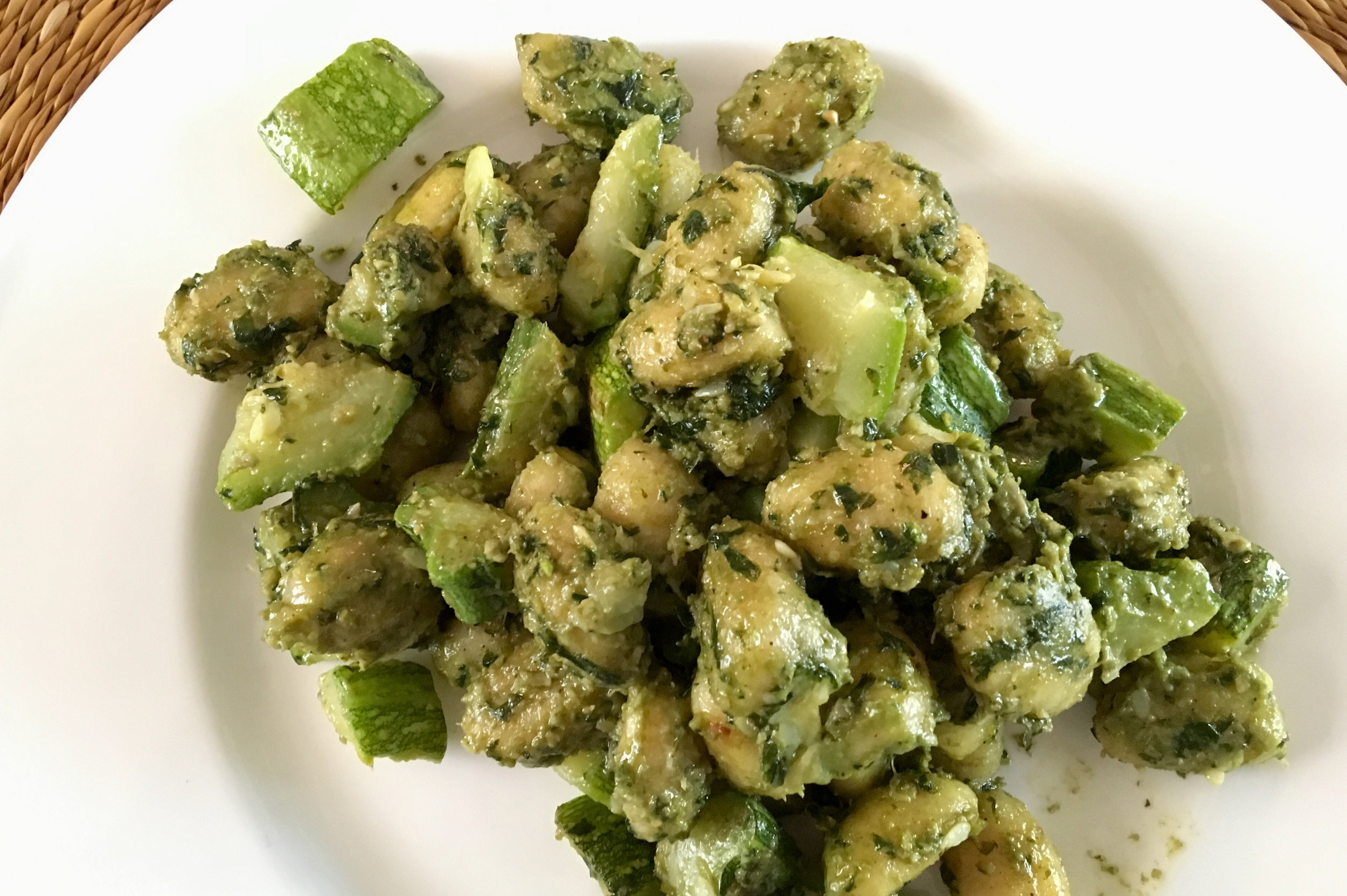 Homemade pesto with courgettes and gnocchi
