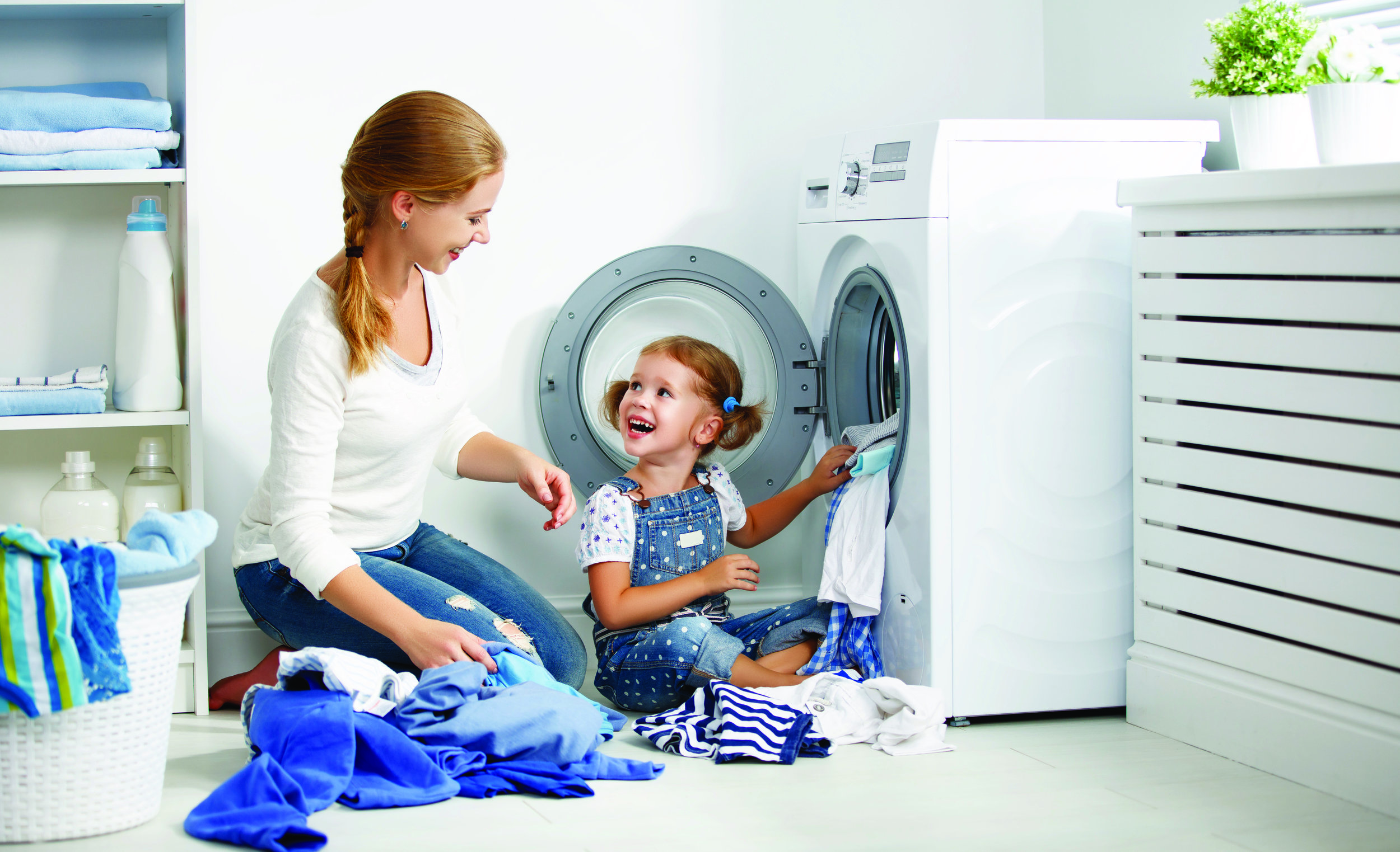 666384222family_mother_and_child_girl__in_laundry__SIIQaGRI45lrgHeOfLl93vt18q0ABlZBh_cmyk_l.jpg