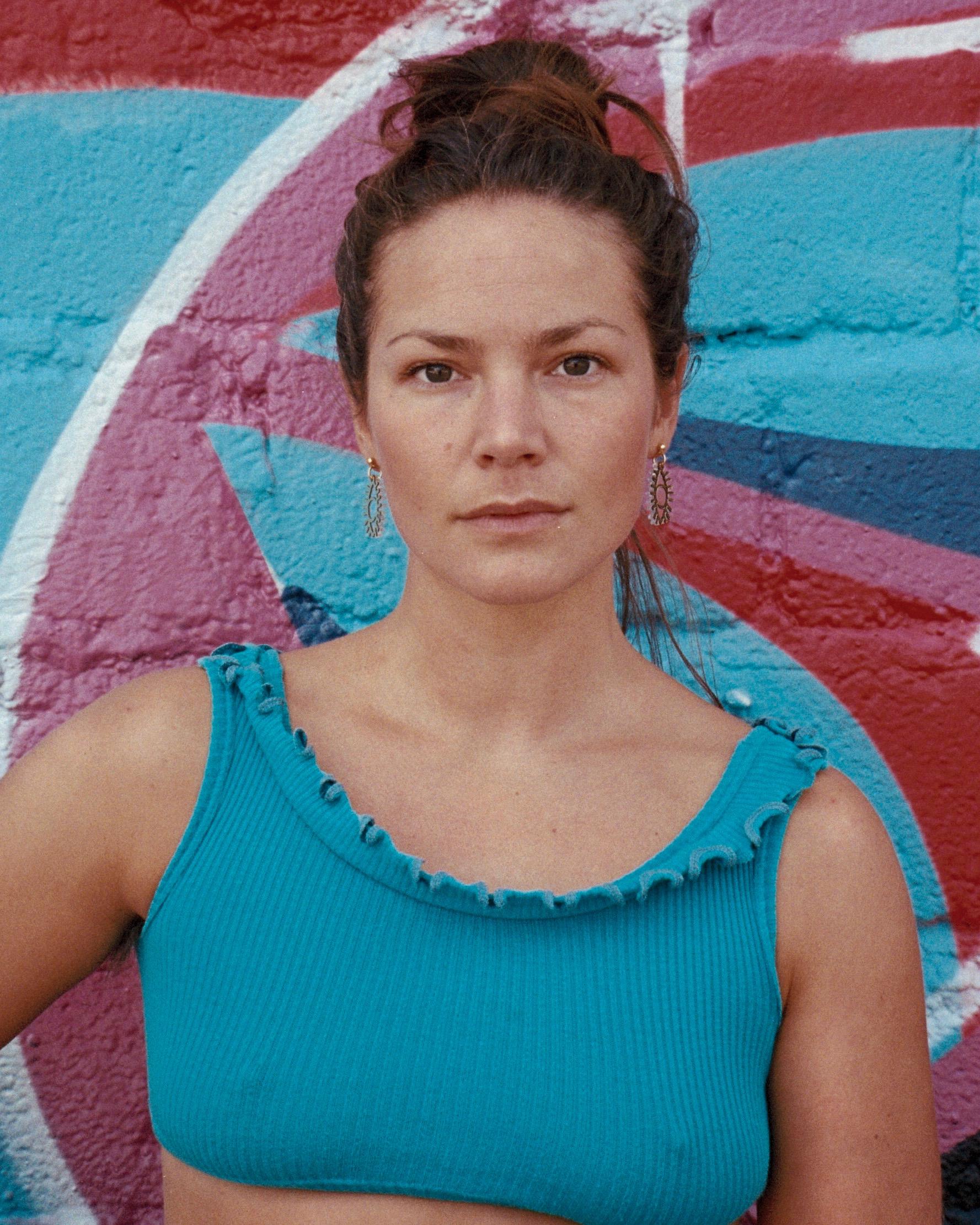 Kajsa Sparrefors.  Producent & skådespelare. Studerat bland annat teatervetenskap och har en kandidatexamen vid Teaterhögskolan i Göteborg.