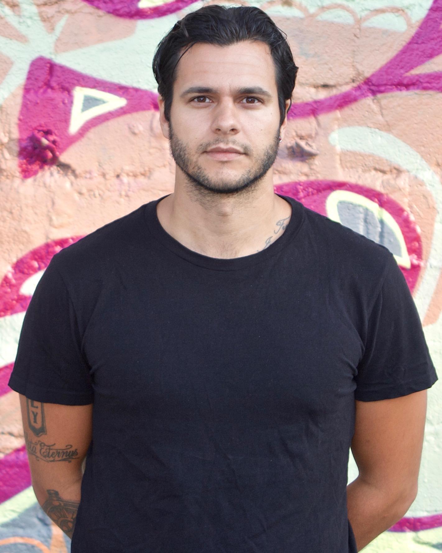 Acaymo Luis Valdes . Skådespelare och dramatiker. Har bland annat en kandidatexamen vid Teaterhögskolan i Göteborg.