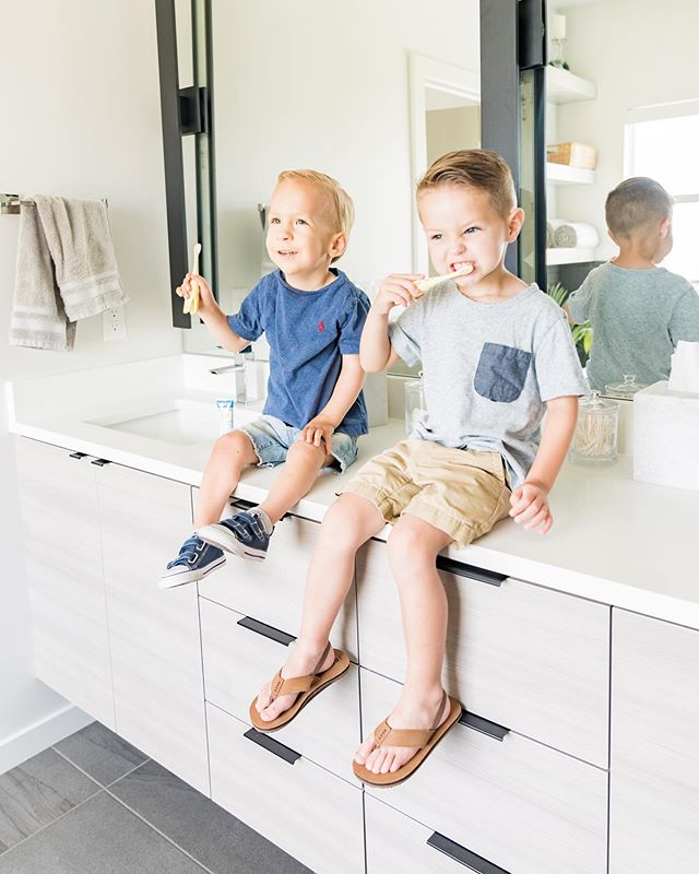 Just doing our little afternoon tooth brushing session with @drbrowns ! We brush teeth 3x/day at our house ever since MJ had to get put under to get TEN cavities filled 🙈😭 I almost had a heart attach when his dentist told me! Also, it was the saddest and slightly hilarious thing watching the anesthesia wear off 👉🏻