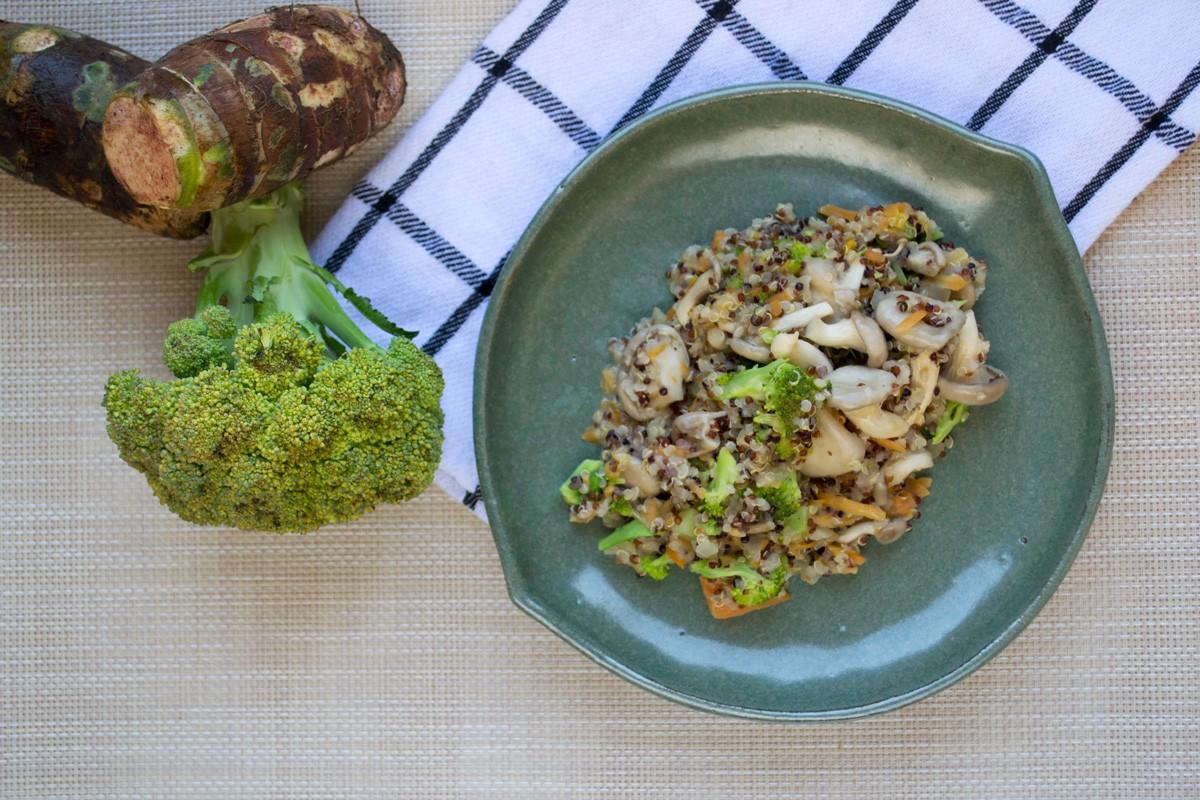 Quinoto de cogumelo e vegetais