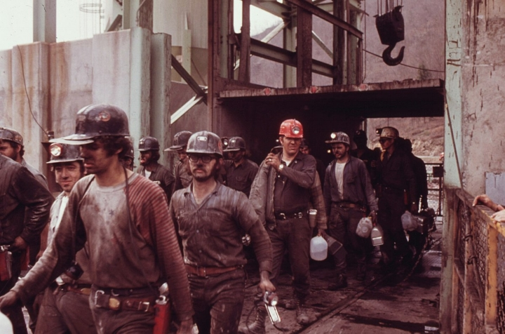 1200px-FIRST_SHIFT_OF_MINERS_AT_THE_VIRGINIA-POCAHONTAS_COAL_COMPANY_MINE_^4_NEAR_RICHLANDS,_VIRGINIA,_LEAVING_THE_ELEVATOR...._-_NARA_-_556393_tweaked.jpg