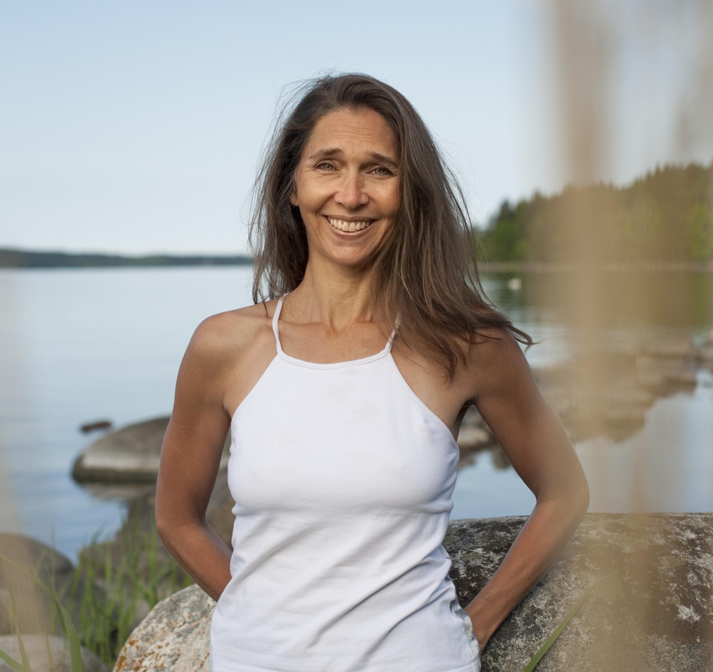 """- Om Malin Delägare/GrundareDansen och rörelsen har funnits med Malin hela livet och det var därigenom hon först hittade meditationen och därefter yogan. Kärleken till yogan består av en längtan till den djupa visdom som finns i yogan. """"Yogan hjälper mig att våga följa min väg och leva livet så fullt jag bara kan"""", säger Malin.Malin är certifierad E-RYT 500 enligt YA och är utbildad i bl.a. hathayoga, yinyoga och restorativeyoga. Malin är också danspedagog och har i botten en pedagogisk utbildning. Hon har drivit yogastudio i Vaxholm sen 2013, håller yogaverksamhet på västkusten samt bedriver yogaresor och håller yogalärarutbildingar i såväl hathayoga som yinyoga."""